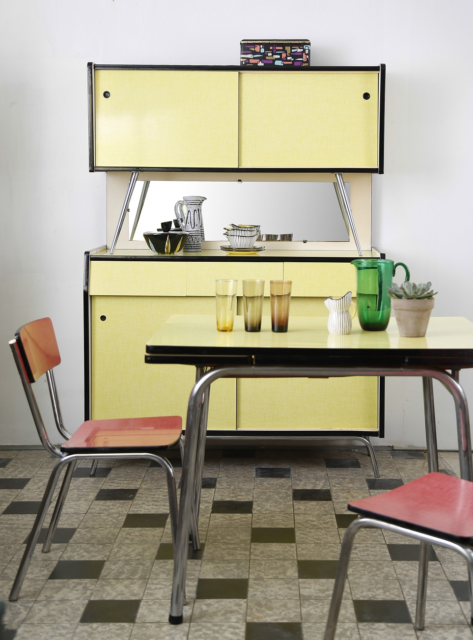 Buffet et table de cuisine en formica jaune ann es 1960 for Buffet cuisine en formica