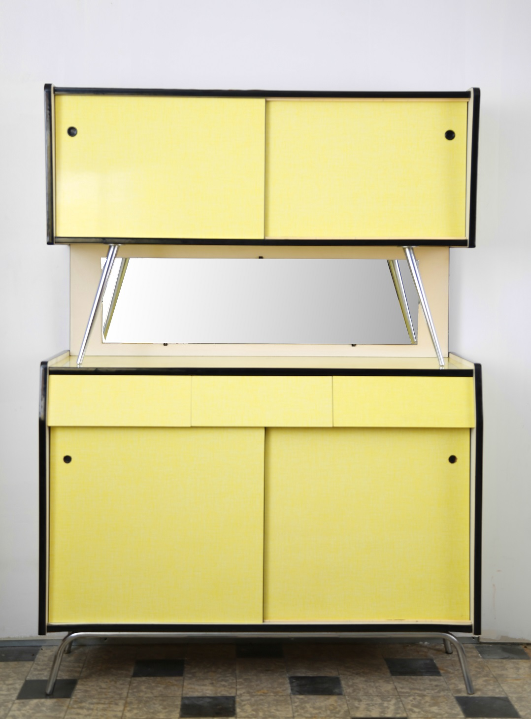 Buffet et table de cuisine en formica jaune ann es 1960 for Cuisine formica