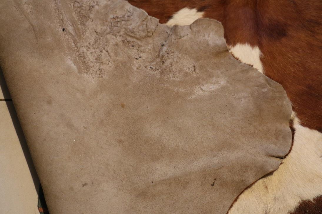 vintage tapis en peau de vache broc 39 en 39 guche. Black Bedroom Furniture Sets. Home Design Ideas